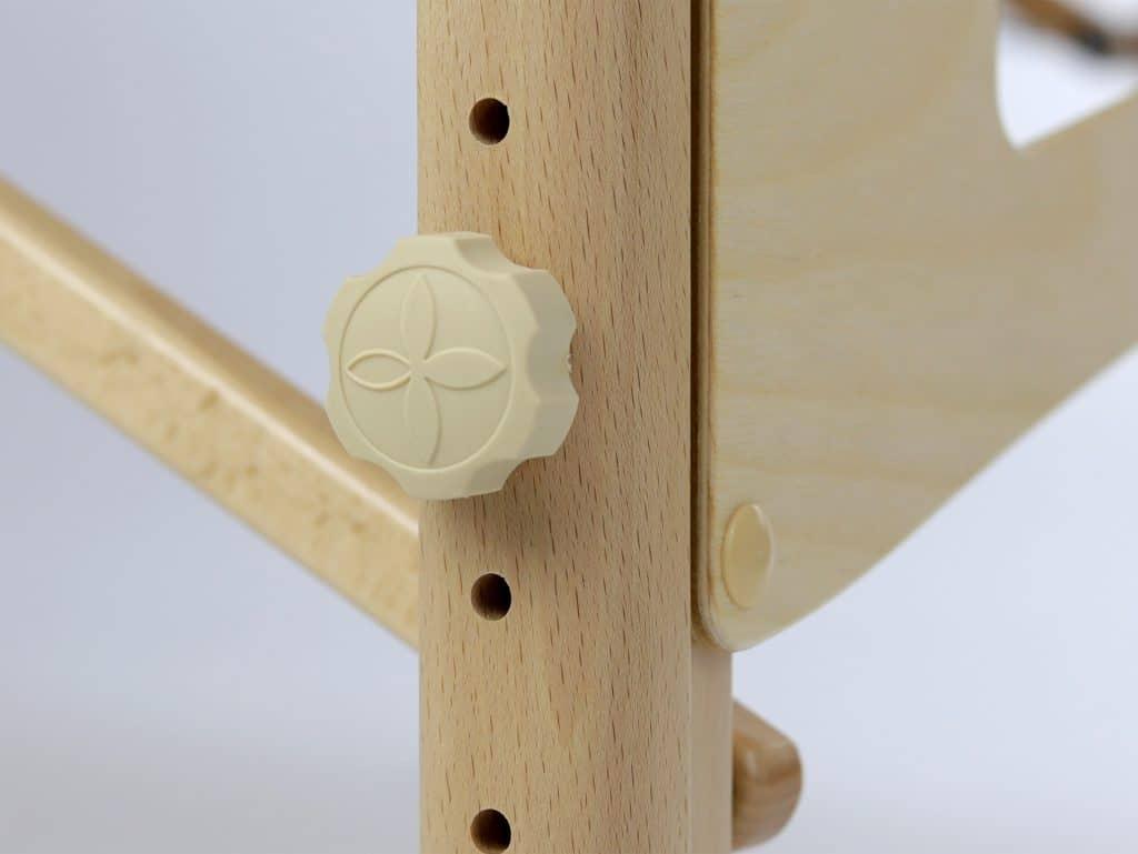 Pohodlná gumová nastavovacia matica s logom Habys a ďalšou vrstvou plsti na ochranu drevených prvkov