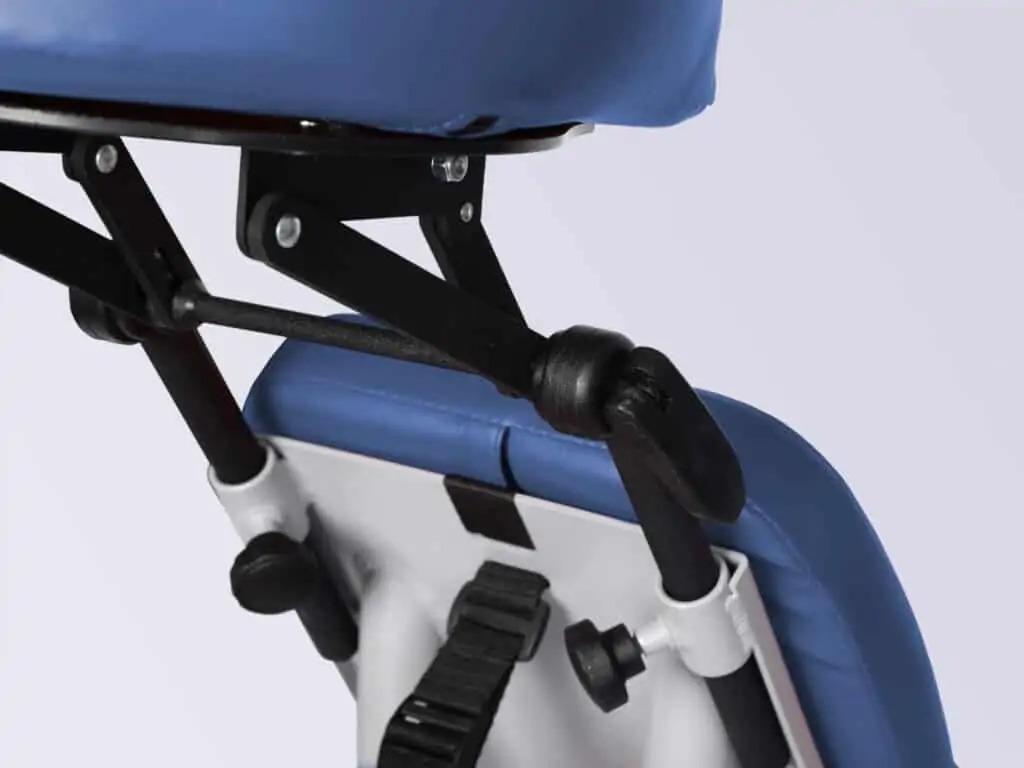 2D Ergo nastaviteľná opierka hlavy v polohách: -hore-dole (umožňuje prispôsobenie sa pacientom rôznych výšok), 2-rovinný uhol sklonu (umožňuje prispôsobenie pacientom rôznych veľkostí tela).