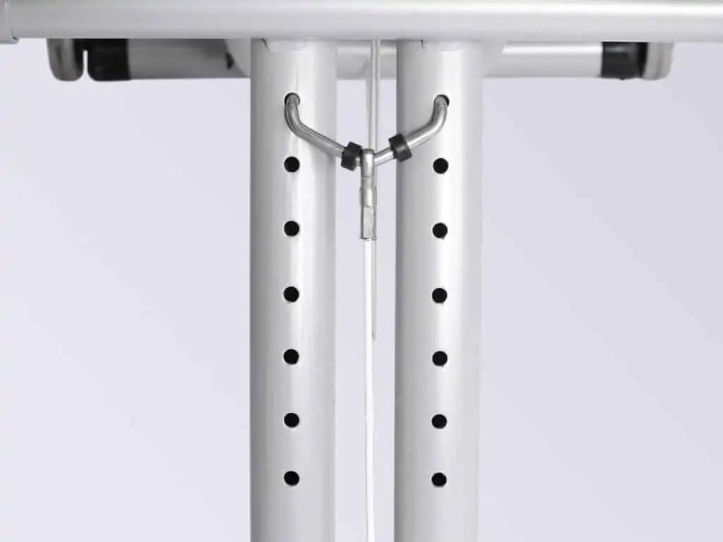 Výškové nastavenie stoličky umožňuje prispôsobiť systém sedadiel kolenným kĺbom v závislosti od tela pacienta.