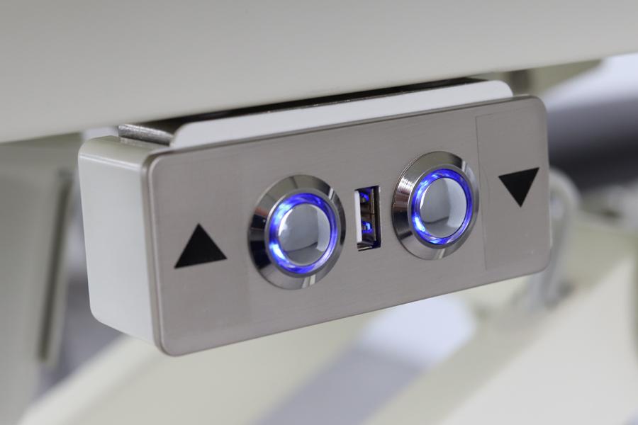 Ovládanie vrcholového lámania pomocou podpultového diaľkového ovládača s prídavnou zásuvkou USB