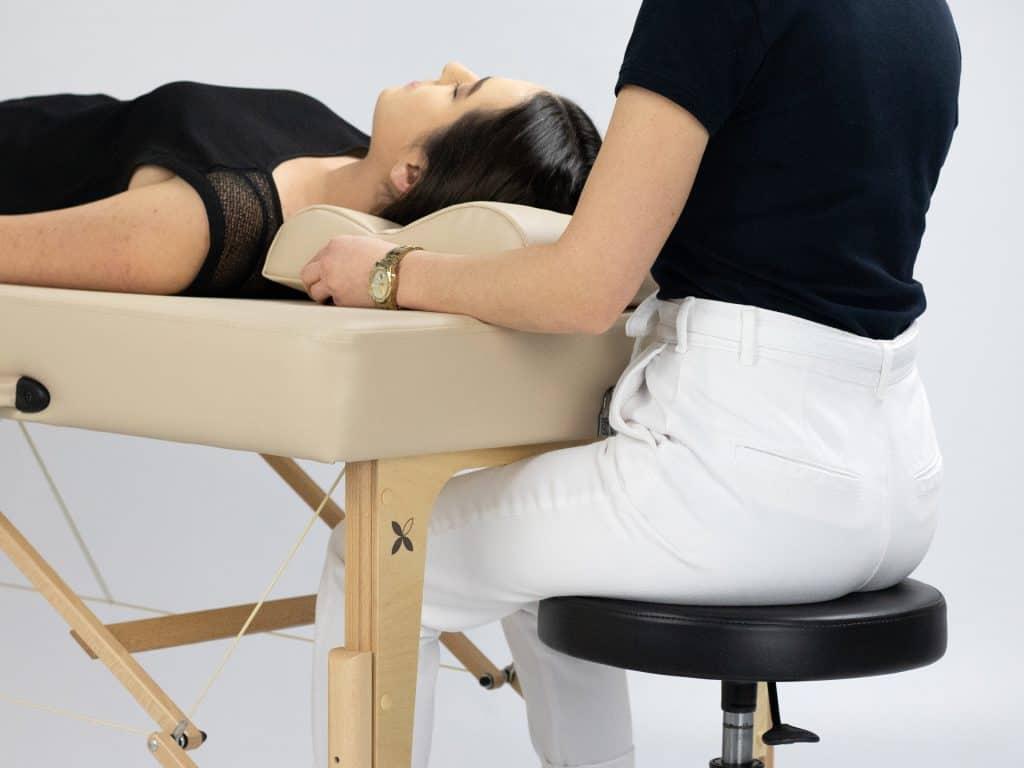 Tvarovaná štruktúra nôh uľahčujúca pohodlnú a ergonomickú prácu stylistu
