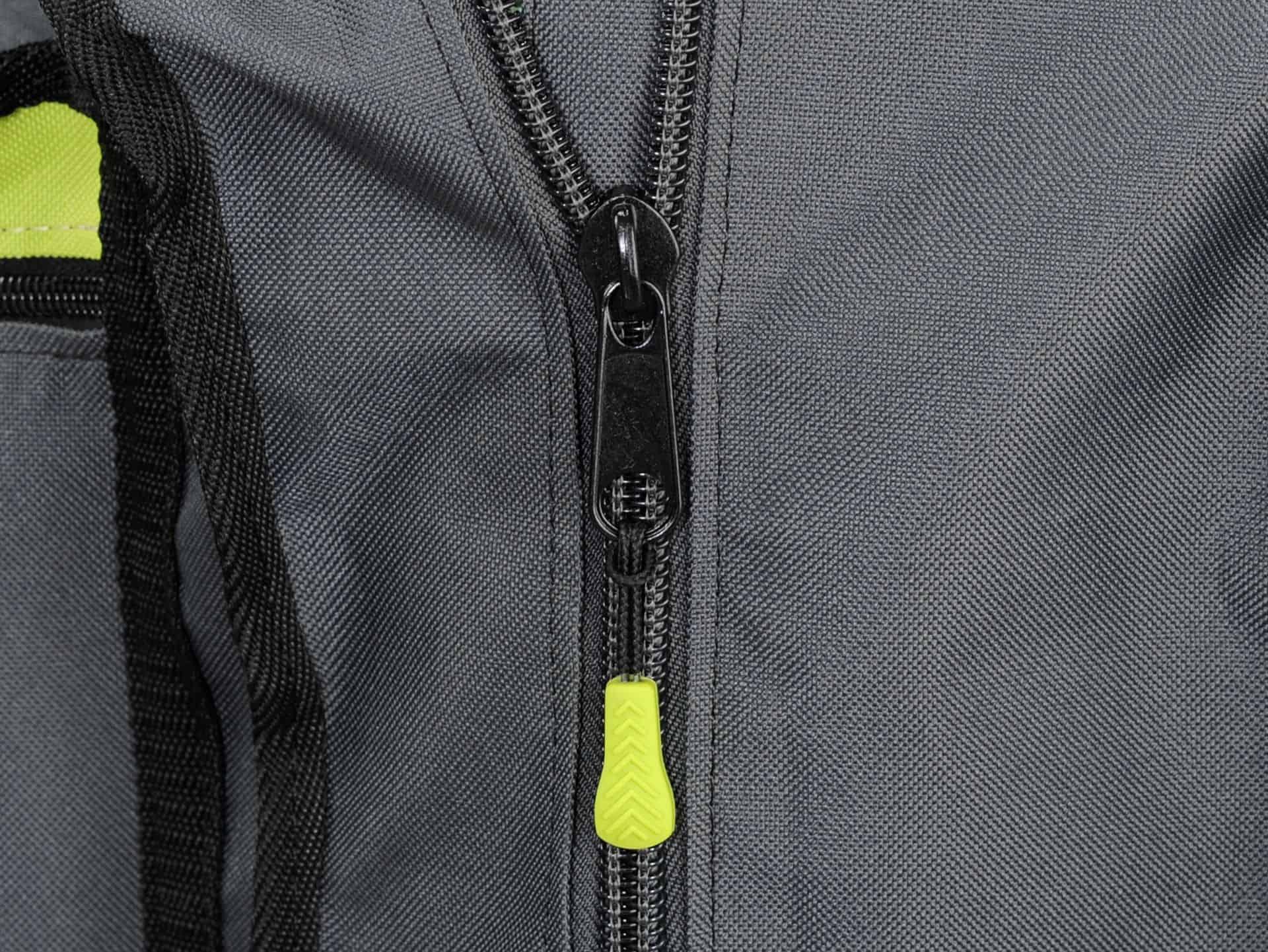 Pevný zips, podšitý ochranným materiálom