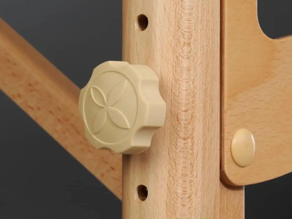 Pohodlná gumová nastavovacia matica s logom Habys a ďalšou vrstvou plstených ochranných drevených prvkov